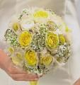 Kulatá  kytice vyrobena pomocí držáku na svatební kytice